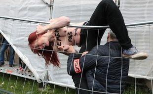 Des Femen arrêtées après le déploiement d'une banderole contre Marine Le Pen, pour le vote du second tour de l'élection présidentielle, à Hénin-Beaumont, le 7 mai 2017.