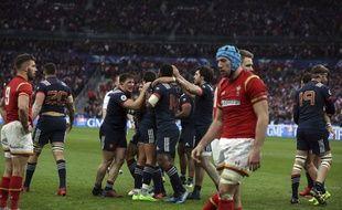 Les joueurs du XV de France aux anges après une fin de match épique contre le Pays de Galles.