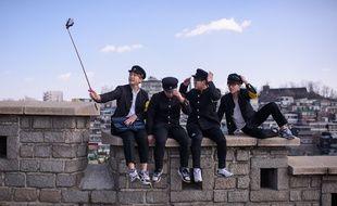 Un groupe d'étudiants en uniforme à Séoul