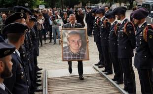Un portrait d'Arthur Noyer devant la cathédrale de Bourges, le 7 septembre 2018, jour de ses obsèques. Photo by GUILLAUME SOUVANT / AFP.