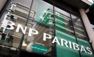 """L'agence Standard and Poor's a abaissé jeudi d'un cran la note de BNP Paribas de """"AA-"""" à """"A+"""", et a placé sous perspective négative d'autres établissements comme BPCE, Crédit Agricole, Société Générale et Crédit Mutuel parmi les grands établissements français."""