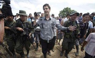 Le journaliste français Roméo Langlois, escorté par les Farc à San Isidro (Colombie), le 30 mai 2012.