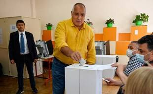 L'ancien Premier ministre bulgare et chef du parti de centre-droit GERB, Boyko Borisov (C), dépose son bulletin de vote dans un bureau de vote à Sofia le 11 juillet 2021.