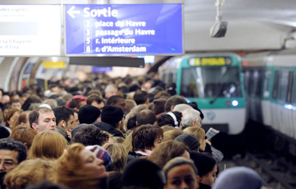 Affronter métro bondé à 8h du matin n'est pas la meilleure façon de commencer la journée. – MIGUEL MEDINA/AFP