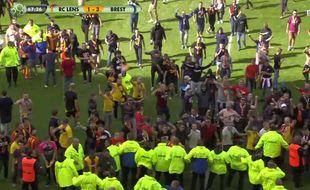 Le public lensois envahit la pelouse après le troisième but du Stade Brestois.