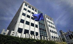 L'indice de la Bourse d'Athènes (Athex) chutait de 5,88% lundi après-midi, entraîné par la dégringolade des valeurs bancaires, les investisseurs s'inquiétant du retard pris par leur recapitalisation, objet de négociations entre le gouvernement et la troïka des créanciers du pays.