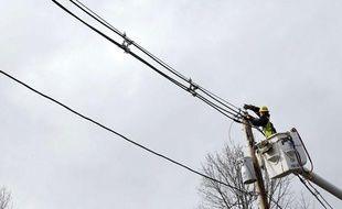 Un technicien s'emploie à réparer des câbles à Andover, dans l'État du Massachusetts, le 30 octobre 2012, après le passage de l'ouragan Sandy sur la côte est des États-Unis