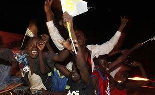 Des gens dansent sur le toit d'une voiture lors des célébrations de l'indépendence du Sud Soudan, à Juba, le 9 juillet 2011.
