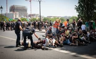 Les manifestants du mouvement Extinction Rebellion ont été aspergés de gaz lacrymogènes par des CRS.
