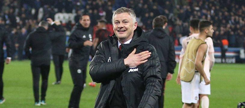 Ole Gunnar Solskjaer fête la qualification de Manchester United face au PSG devant ses supporters, le 6 mars 2019 au Parc des Princes.
