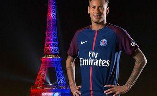 Neymar posant la Tour Eiffel, illuminé pour célébrer sa signature au PSG.