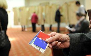 Un adhérent UMP vote pour la présidence du parti, le 18 novembre 2012 au Plaza Hotel à Nice.