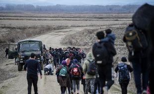 Des réfugiés afghans marchent le long de la frontière entre la Turquie et la Grèce, le 28 février 2020.