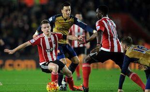 Mesut Özil dominé au duel par Steven Davis lors de Southampton-Arsenal le 26 décembre 2015.