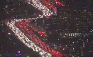 Des milliers de voitures se sont retrouvées bloquées aux abords de Los Angeles, créant au passage un étonnant serpent lumineux avec leurs phares, le jour de Thanksgiving, le 24 novembre 2016.