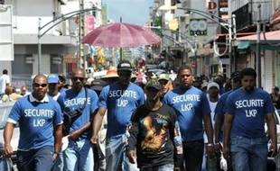 """Une nouvelle journée de négociations s'est achevée lundi en Guadeloupe entre le patronat, l'Etat et le LKP dans un climat tendu, le collectif intersyndical mettant en garde contre """"un envenimement"""" de la crise."""