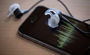 La majorité des auditeurs de podcasts les écoutent sur leur téléphone.