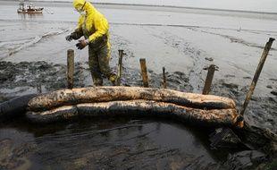 Opération de nettoyage des berges de l'estuaire de la Loire en mars 2008 après une pollution au fioul.
