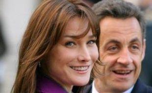 Toujours chanteuse, désormais active dans l'humanitaire, Carla Bruni-Sarkozy a voulu, en une année de mariage avec le président français, incarner une première dame moderne, discrète, dont le rôle et l'influence se dessinent par petites touches.