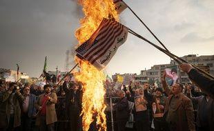 Des drapeaux américains brûlés le 25 novembre 2019 à Téhéran en soutien au régime