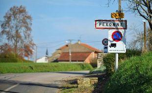Une pancarte indique l'entrée de la ville de Pexonne, le 12 novembre 2015