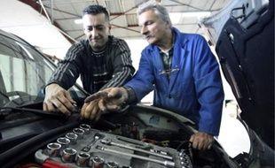 Les clients participent aux réparations, encadrés par un salarié de l'association.