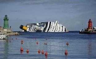 Onze jours après le naufrage du Costa Concordia, les opérations préliminaires au pompage du carburant qui menace l'environnement de la petite île italienne du Giglio ont débuté, sans interrompre toutefois les recherches désespérées de disparus.