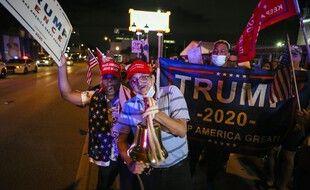 Des soutiens du président américain Donald Trump rassemblés devant le restaurant cubain  Versailles à Miami, en Floride, le 4 novembre 2020. ..