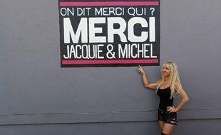 Thérèse pose fièrement devant le slogan de son site préféré.