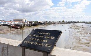 La plaque en souvenir des personnes décédées à La Faute sur Mer