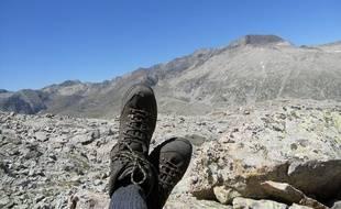 Un randonneur en montagne, au repos. Illustration.