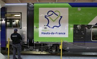 Un TER Regio2N aux couleurs des Hauts-de-France.