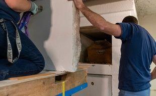 Les archéologues ont extrait le cercueil en bois de la sépulture en pierre