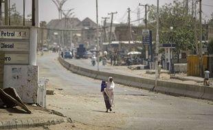 Une femme se promène le long d'une route au Nigeria (illustration).
