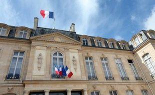 L'Elysée s'apprête à signer une convention avec le Service d'information du gouvernement (SIG), dépendant de Matignon, pour pouvoir commander des études d'opinion, a-t-on appris jeudi auprès du directeur du SIG, qui a confirmé une information du Parisien.
