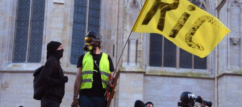 Après trois mois de mobilisation, des milliers de «gilets jaunes» ont défilé samedi 16 février 2019 dans plusieurs villes de France, comme ici à Bordeaux.