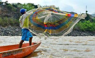 Un pécheur jette son filet dans le fleuve Magdalena, à Honda, port de pêche du département de Tolima, dans le centre de la Colombie, le 9 février 2016