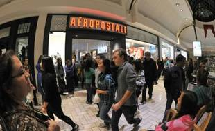 Comme d'autres marques de vêtements tournées principalement vers les adolescents telles Forever 21 ou Abercrombie, la chaîne Aeropostale fait face à d'importantes difficultés depuis plusieurs trimestres