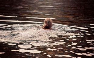 Une personne en pleine baignade dans un lac. Bientôt possible dans l'Ill, à Strasbourg?