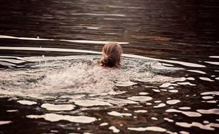 Une personne se baignant dans un lac (illustration)