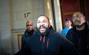 Dieudonné à la sortie du tribunal le 13 décembre 2013.