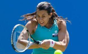 Marion Bartoli, 9e mondiale, a su parfaitement gérer la pluie pour se qualifier pour les demi-finales du tournoi WTA d'Eastbourne, dont elle est la tenante du titre, en battant la Tchèque Lucie Safarova (21e) 6-4, 6-2, jeudi en quarts de finale.