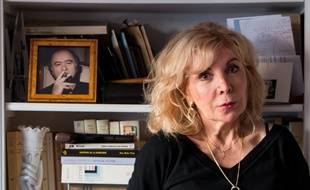 Chez elle à Paris, Maryse Wolinski, la veuve du dessinateur Georges Wolinski, assassiné lors des attentats à Charlie Hebdo le 7 janvier 2015. Elle sort un livre 1 an après les événements.