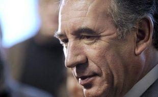 François Bayrou, candidat MoDem à la présidentielle, a affirmé jeudi avoir décliné une invitation de Nicolas Sarkozy à se rendre dans son avion aux obsèques de Vaclav Havel, afin de couper court à toute interprétation sur un rapprochement.
