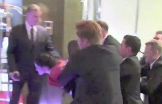 Kristen Stewart court se réfugier dans son hôtel, le vendredi 25 mai 2012 à Cannes.