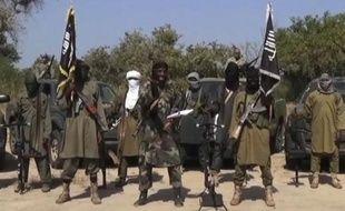 Image tirée d'une vidéo fournie le 31 octobre 2014 par Boko Haram montrant le leader du groupe islamiste Abubakar Shekau (c) faisant une déclaration