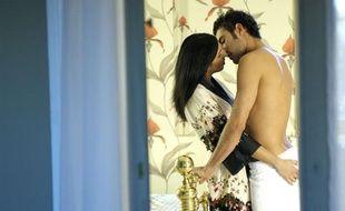 Illustration d'un couple s'embrassant dans une chambre d'hôtel.