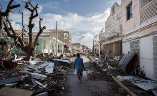 Un homme marche dans une rue couverte de débris après le passage de l'ouragan Irma à Saint-Martin,  le 8 septembre 2017.