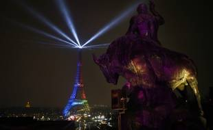 La Tour Eiffel éclairée à l'occasion du lancement de la candidature de Paris pour les JO 2024.
