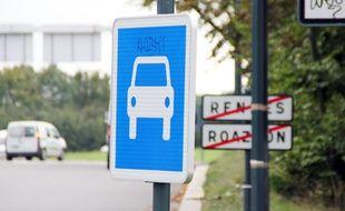 Illustration d'un panneau de signalisation à l'entrée de Rennes.